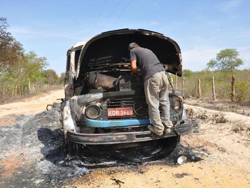 Caminhão pega fogo após encostar em rede de alta tensão na BR 020