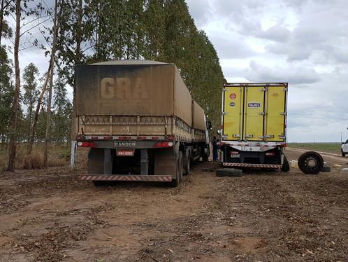 Bandidos sequestram caminhoneiros e roubam pneus de carreta em LEM