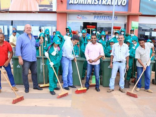 Cidade que te quero limpa: Oziel acolhe novos colaboradores da limpeza urbana em Luís Eduardo Magalh