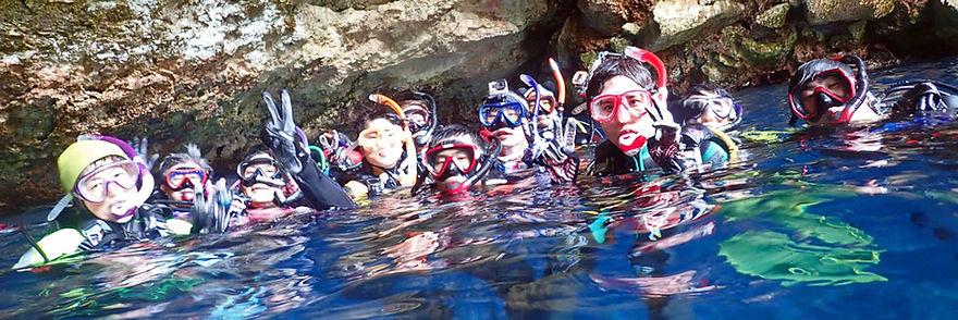 水面に集まるダイバー