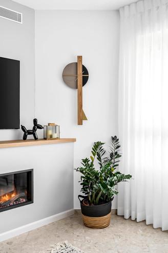 שעון שפיץ שחור בסלון.jpg