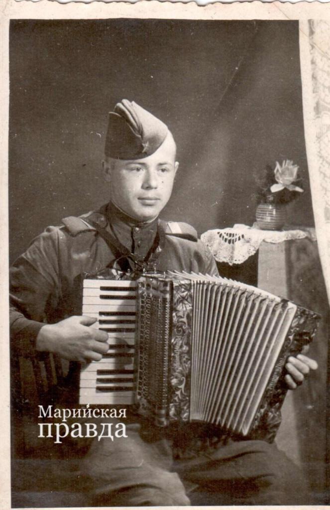 военное фото гармонист