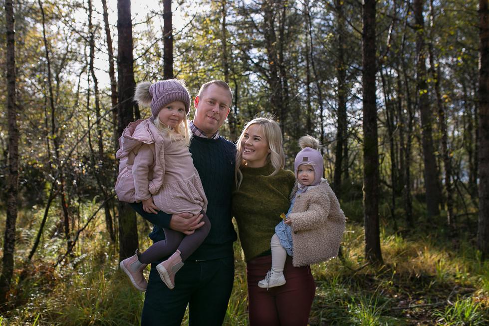 Fotograf familiefotografering i Ålesund, sunnmøre, møre og romsdal. Naturbilder, naturfoto, naturlige bilder, familielykke, hjertejubelfoto, hjertejubel
