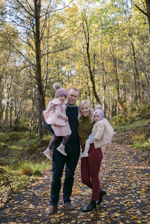 Fotograf familiefotografering i Ålesund, sunnmøre, møre og romsdal. Naturbilder, naturfoto, naturlige bilder, familielykke, hjertejubelfoto, hjertejubel, portrettfotograf