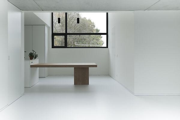 MVDB architectuur Milos Van den Berge Kalken eiken tafel