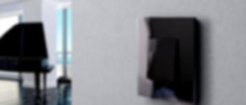 Schöne Lichtschalter aus Glas in modernem Design von ROHDE und Rohde. Die modernen Lichtschalter mit Glasrahmen gibt es in zahlreichen Varianten. Für jeden Bedarf findet sich damit ein schöner Lichtschalter aus Glas. Schwarze Glasschalter und schwarze Glasschalter werden ergänzt durch individualisierbare Schalter, die unsere Designer gerne für Sie entwerfen. Die Lichtschalter mit Glasrahmen scheinen über der Wand zu schweben, ist die Glasfront lediglich 3 mm dünn. Dennoch sind die schönen Lichtschalter aus Glas hart im nehmen, denn es handelt sich um Spezialglas, das 10 x bruchfester ist. Neben diesen schönen Glas-Lichtschaltern finden sich auch Glas-Steckdosen.