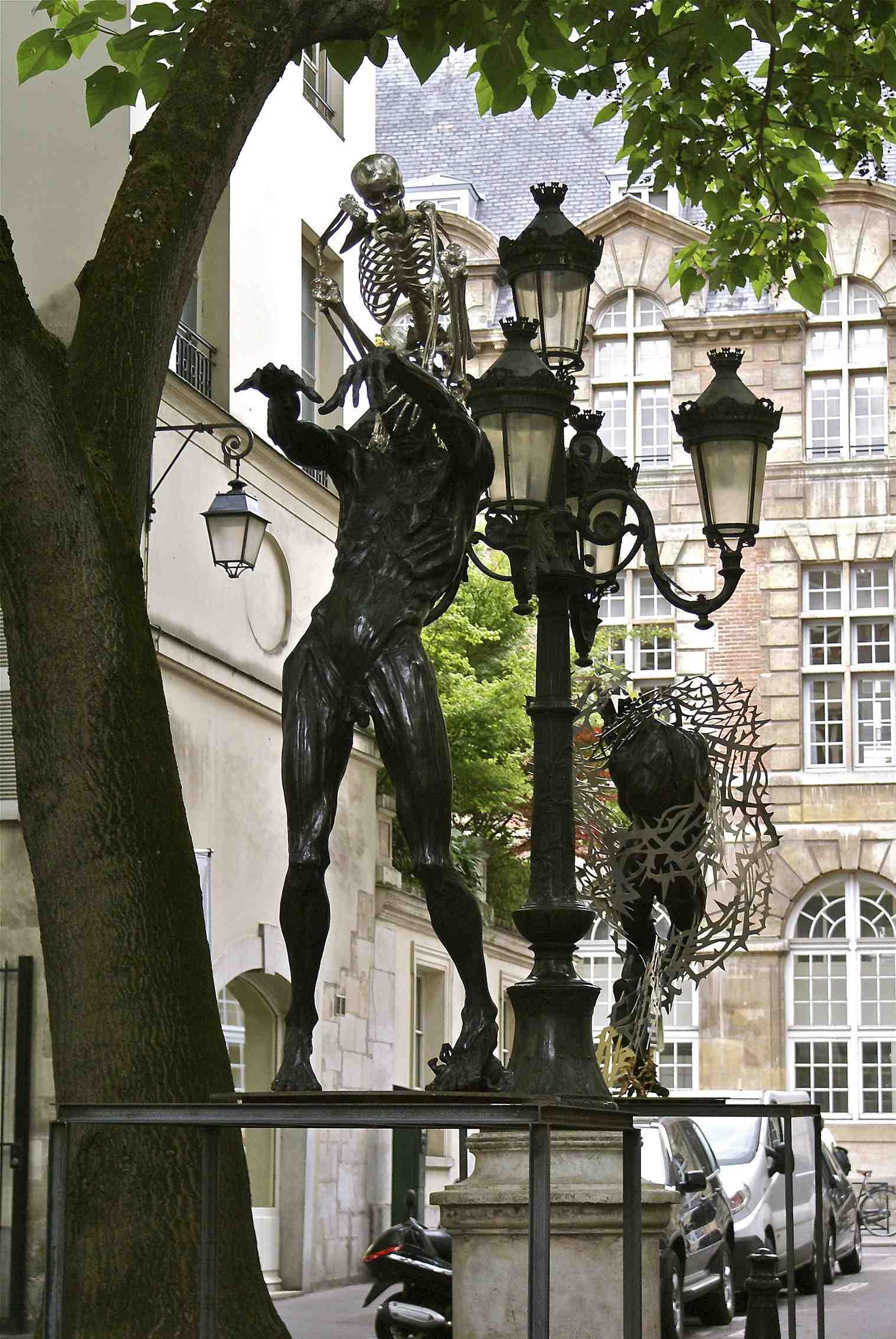 Daniel_Hourdé_-_Colin_Maillard_-_Expo_place_Furstenberg,_Paris_2011.jpg