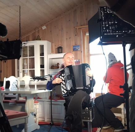 Norsk Tipping filmer på hytta quis for sending vinterferie 2017
