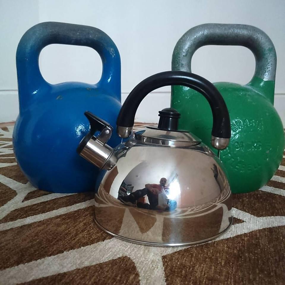 Semelhança entre uma chaleira de verdade e os kettlebells Pro Grade, utilizados no Kettlebell Sport como peças oficiais, mas que valem para qualquer ocasião manipulativa.
