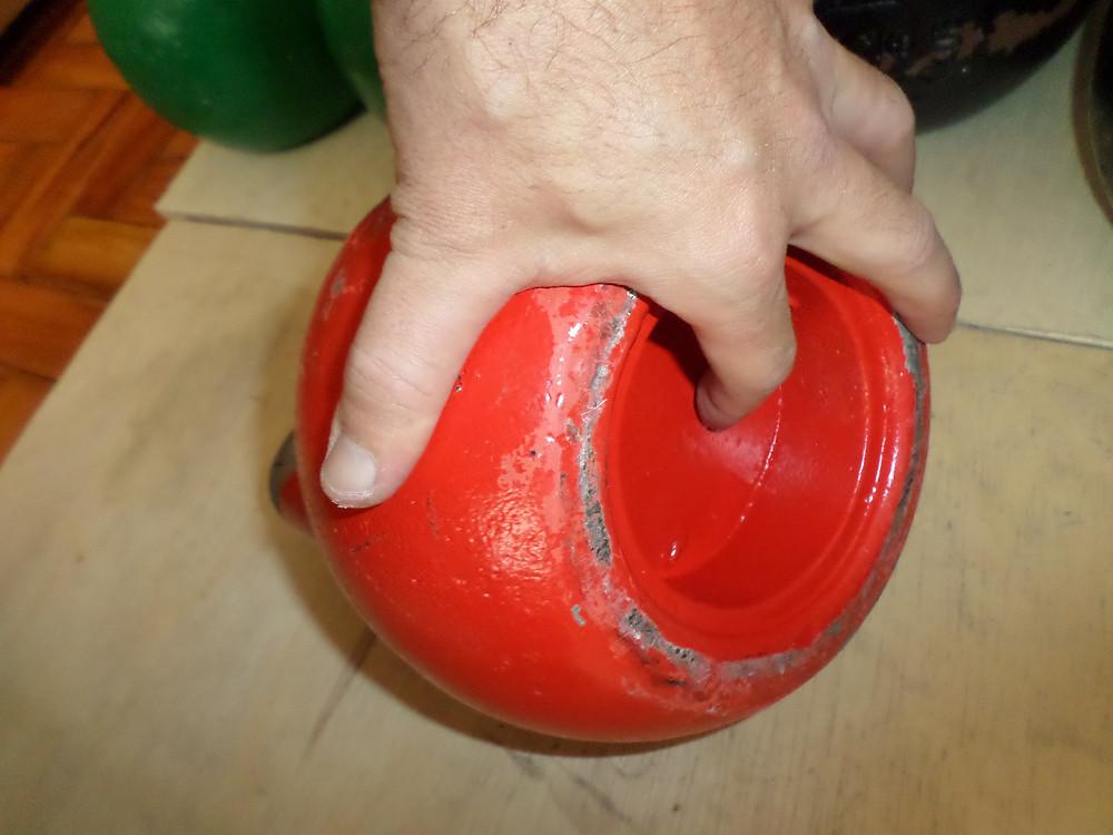 A cor vermelha é obrigatória para os kettlebells de 32kg. Esta é a carga profissional masculina no Kettlebell Sport.