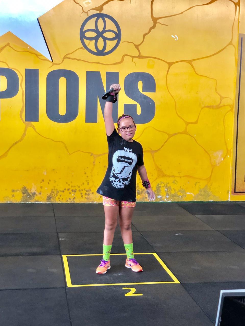 Criança em esporte de força.