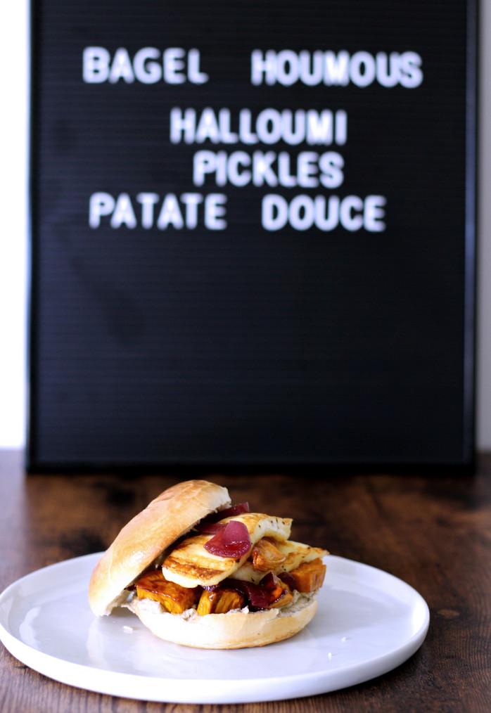 Bagel halloumi & pickles d'oignon rouge et houmous de l'atelier V