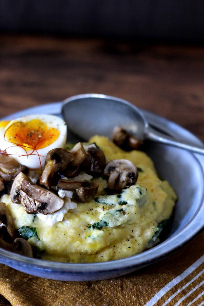 Polenta crémeuse aux épinards et chèvre frais, poêlée de champignons, oeuf mollet