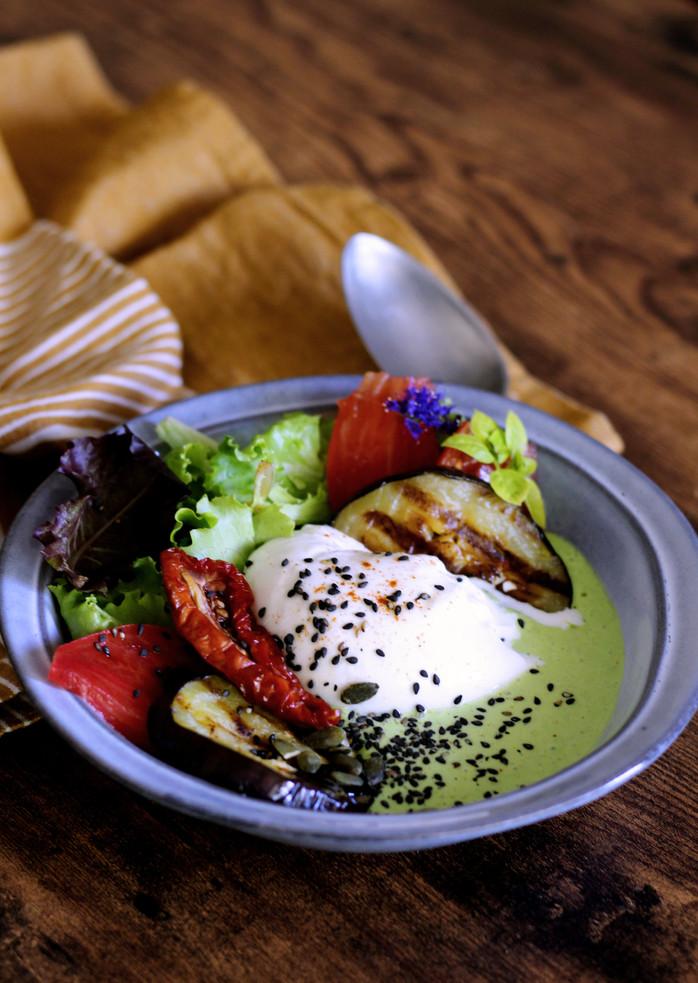 Burrata, velouté glacé aux petits pois et paprika fumé & aubergines grillées