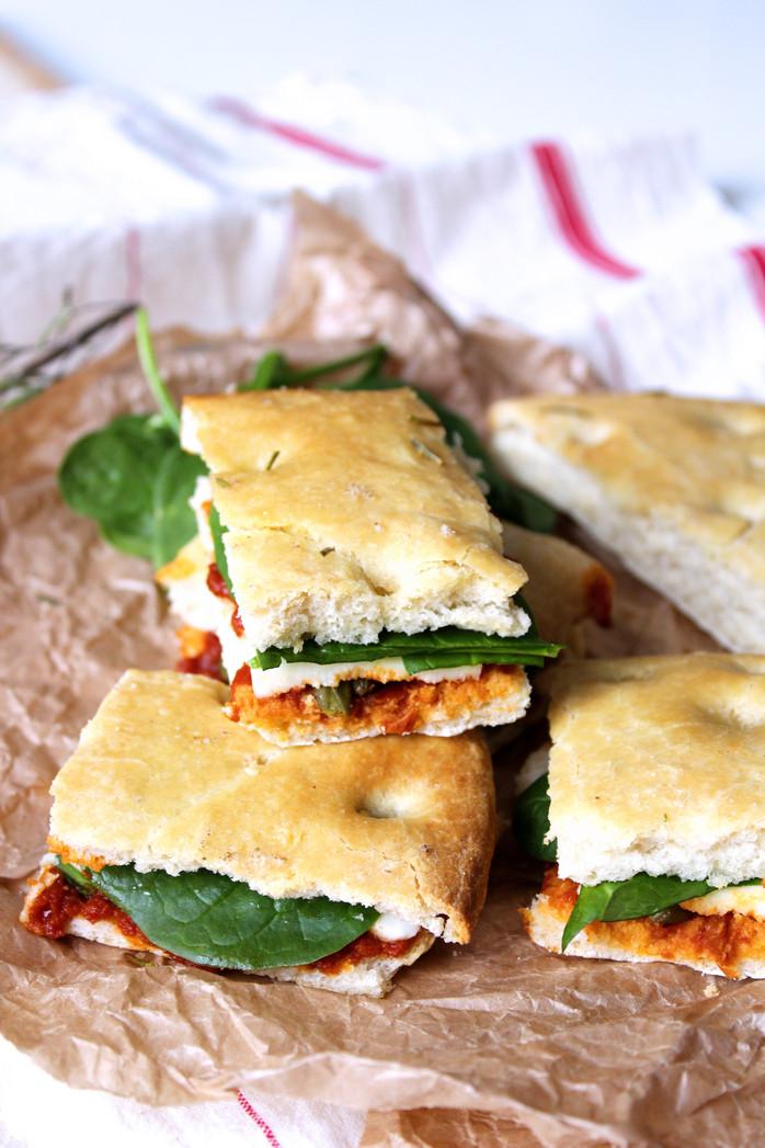 Sandwich tomate confite, mozzarella, câpres dans foccacia au romarin