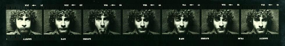 Selbstportrait via Drahtauslöser, unter Stativ liegend, mit 15 Jahren