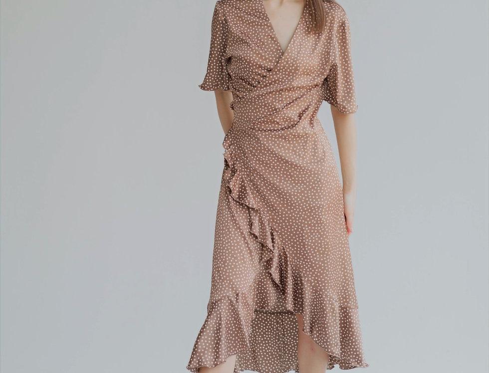 Платье на запах с оборками кофейное в горох