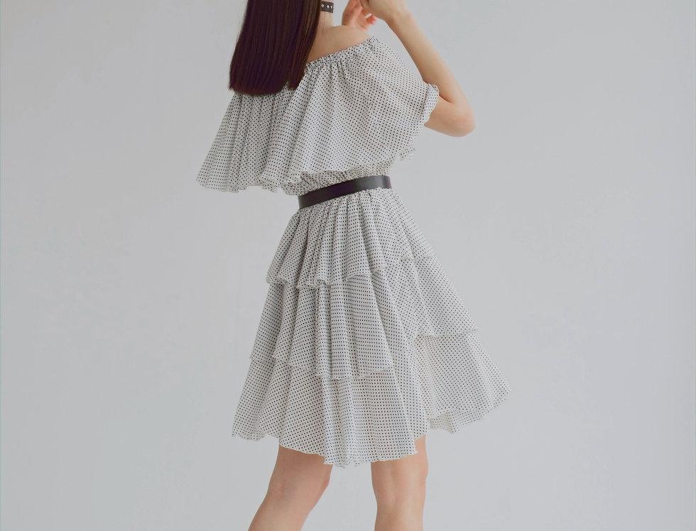 Ярусное платье с открытыми плечами молочное в горох