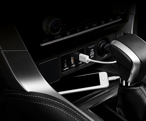 pajero-sport_design_usb-charger-front_10