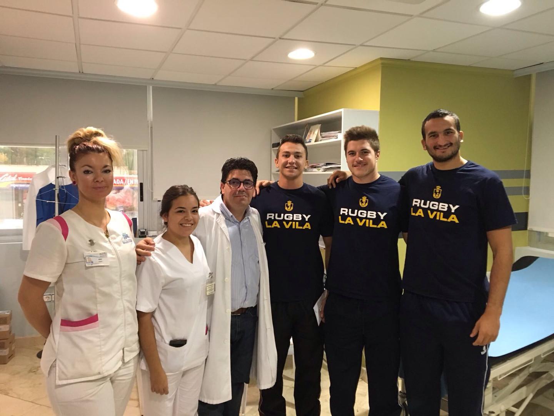 Jugadores_con_el_equipo_médico_de_Hospit