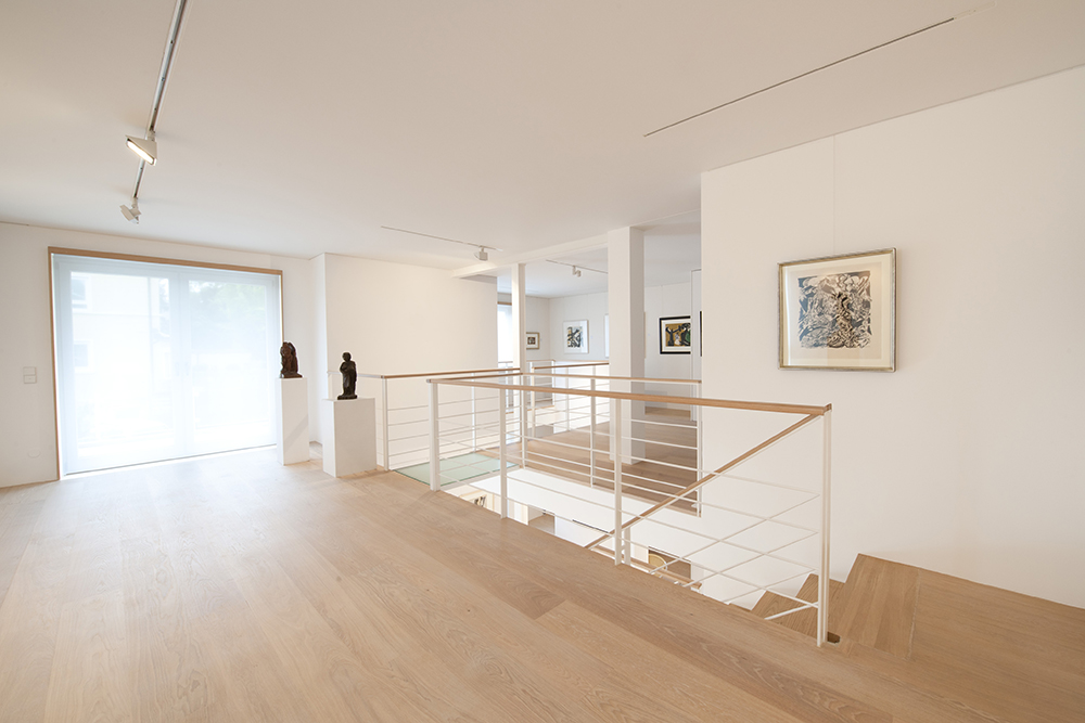 Galerie Helle Farben, dezentes Holz