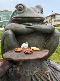 Toad sculpture at Rrance Beach 'Dreaming of the Kiss'
