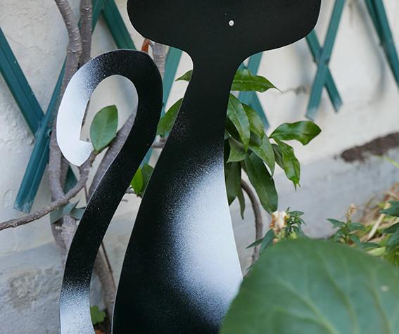 chat-blanc-noir-metal-jardin.JPG