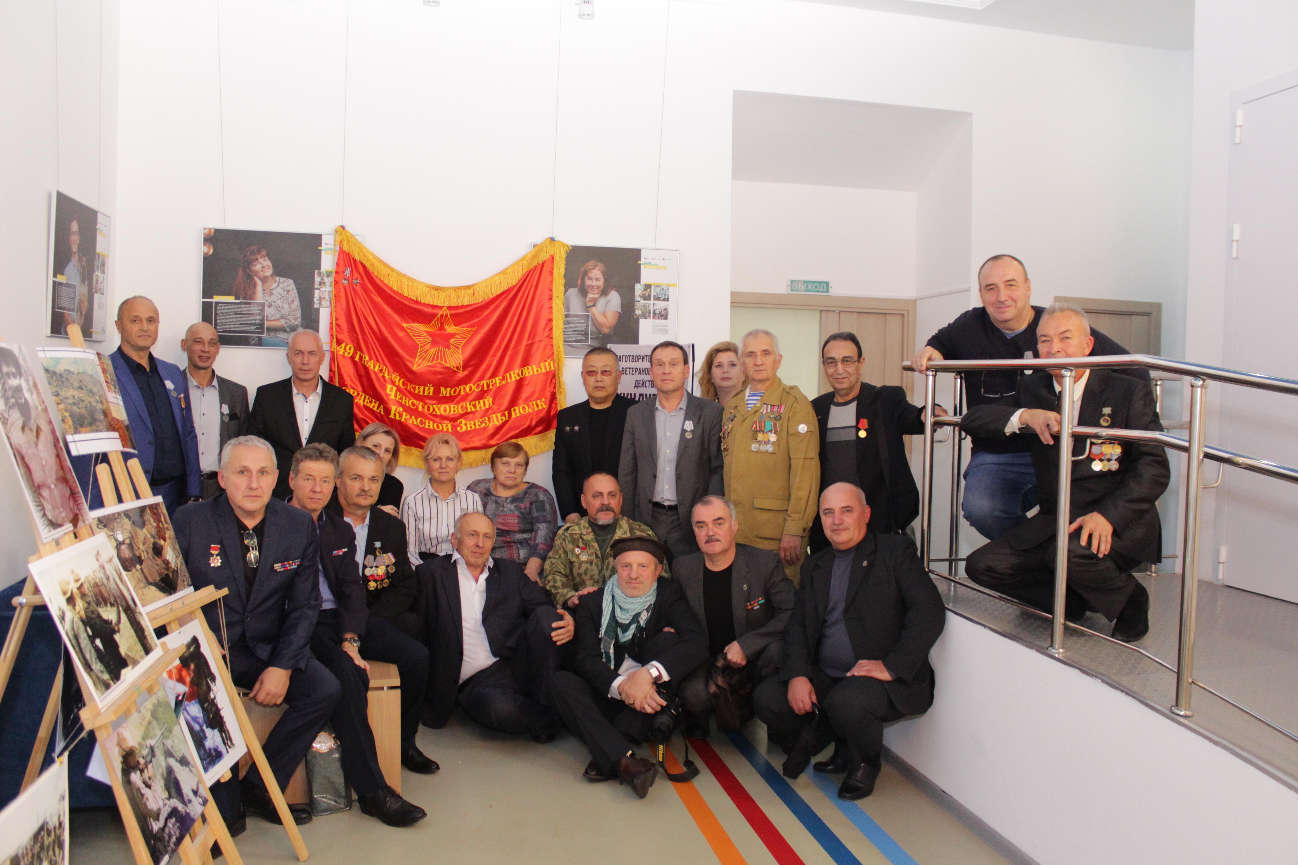 Фото на память у копии знамени полка