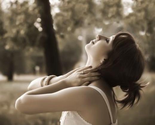 femme respire sepia forêt.bmp