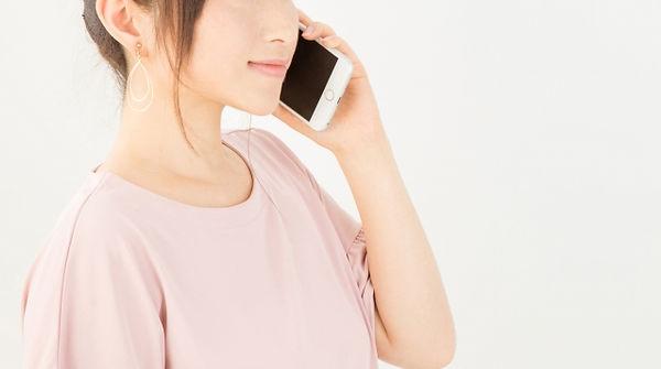 電話をする女性のイメージ図