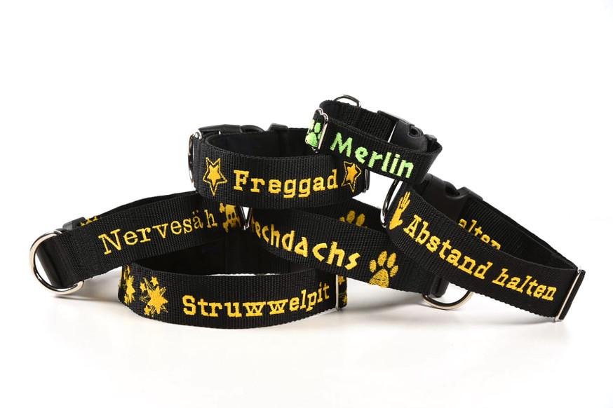Halsbänder bestickt mit saarländischen Begriffen