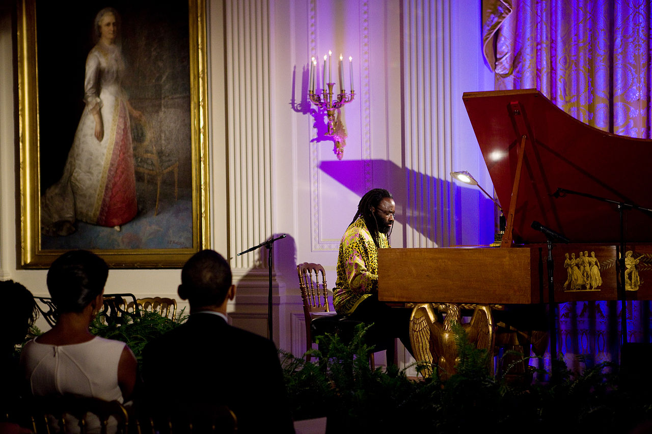1280px-Michelle_and_Barack_Obama_listening_pianist_Awadagin_Pratt