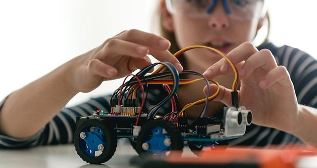 girl-building-robot-car.jpg