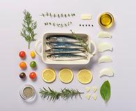 Knolling de pescado y hierbas