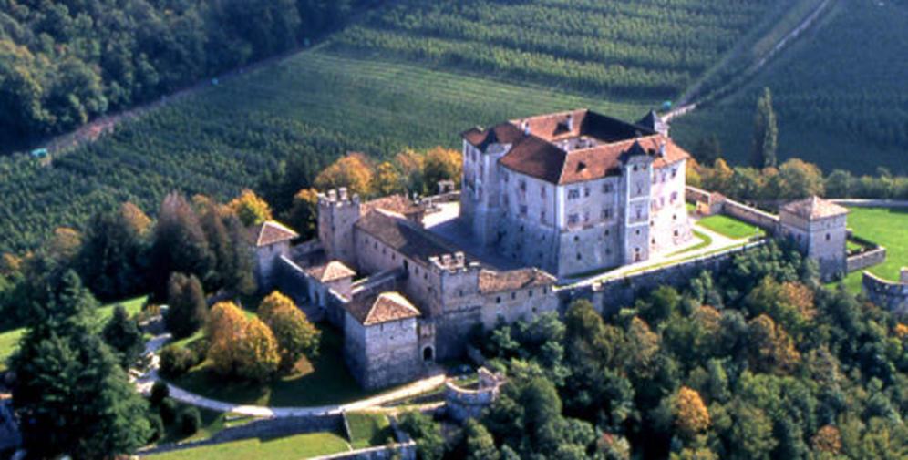 Castel-Thun-la-splendida-dimora-arredata-di-una-illustre-famiglia-nella-suggestiva-cornice-della-Val