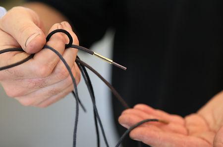 Pose et vérification manuelles pour une finition lacets haute qualité