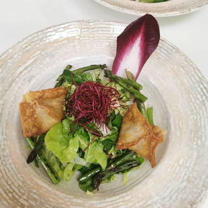 Salat mit hausgemachten Wan Tans