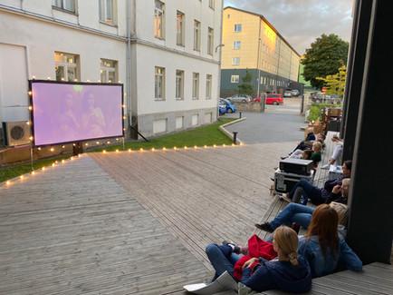 Sumedate Suveõhtute filmifestival Rakvere Linnavalitsuse hoovis