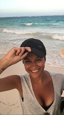 MJ Ruiz sonríe en la playa