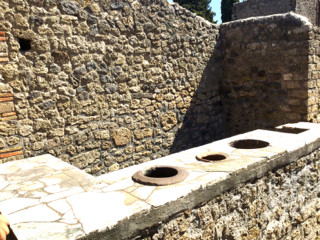 Scavi archeologici bancone Taberna