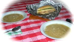 Zuppa di cipolla alla francese con pane all'aglio
