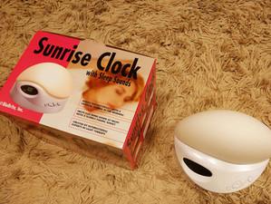 光で寝て、光で起きる?「サンライズクロック 光目覚まし時計」を試してみた!