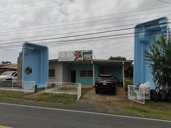 Exposición Decopiscinas de Azuero local comercal atención al público, ventas de piscinas en Azuero