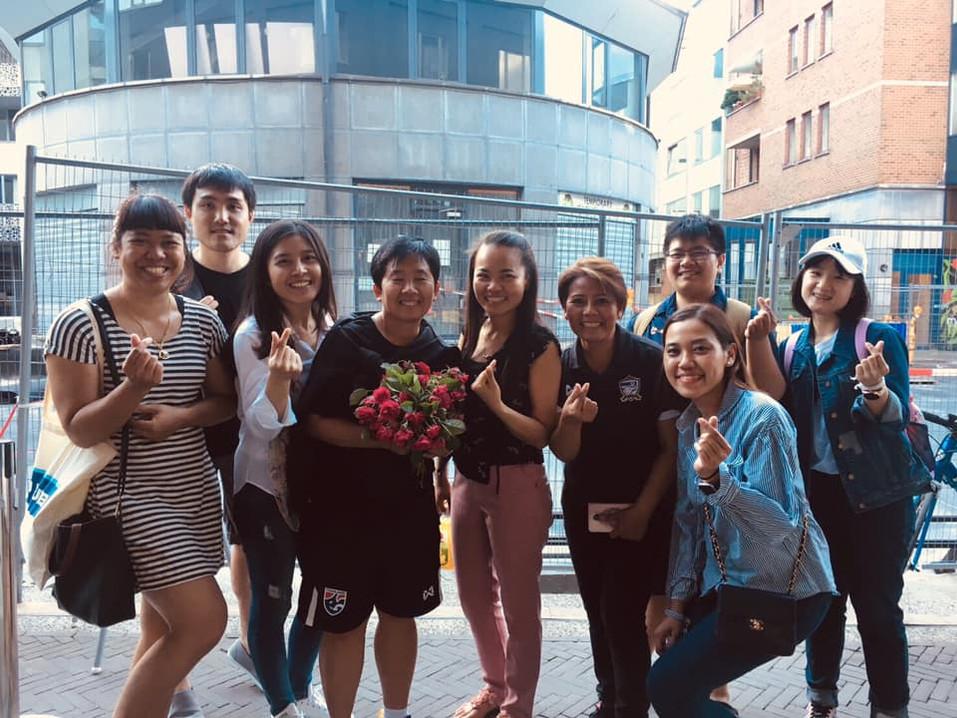 กลุ่มนักเรียนถ่ายภาพร่วมกับโค้ช(กลาง) และกงสุลณภษร (ขวามือ)