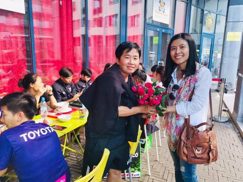 ประธานนักเรียน น.ส.ปิยดา ดาวดึงษ์ มอบดอกไม้เป็นกำลังใจให้โค้ชและนักกีฬา
