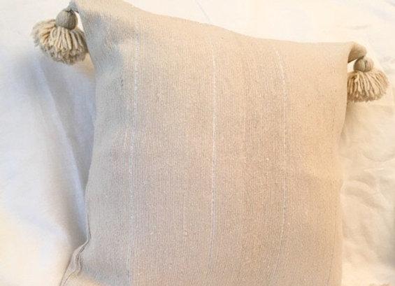 Coussin en coton beige et rayures argent