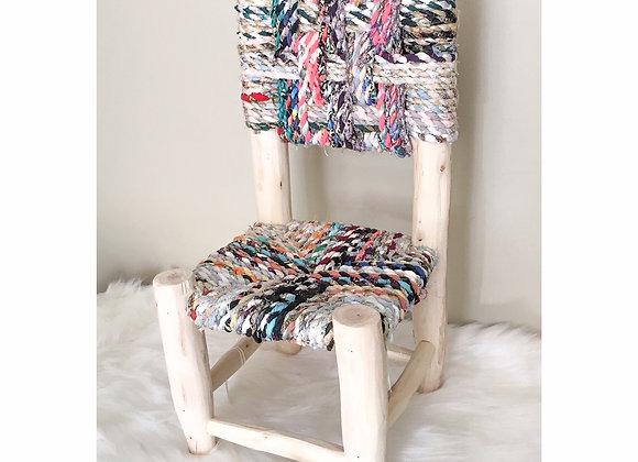 Petite chaise en bois et tissus recyclés