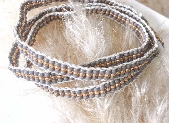 Bracelet gris et doré en perles tissées à la main