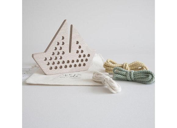 Batau en bois à lacer - Jouet en bois - Blanc Bohème