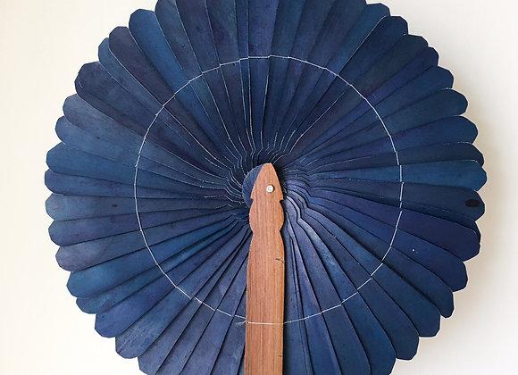 Grand éventail décoratif bleu - Blanc Bohème